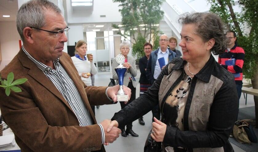 Winnaar Dian van Gelder, die de meeste instinkers in het Groot Dictee wist te omzeilen, werd door wethouder Jan Verbeek gehuldigd.