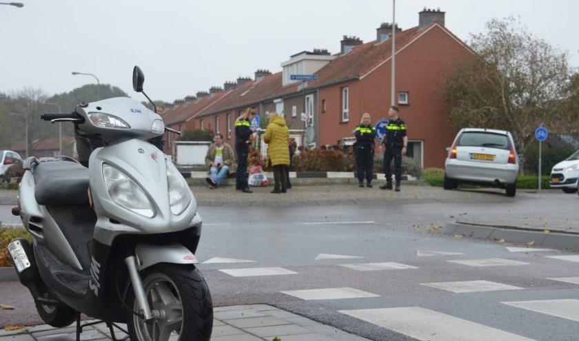 Bij een botsing op de rotonde aan de Sniepweg raakte de berijder van een scooter licht gewond. (Josh Walet/112hm.nl)