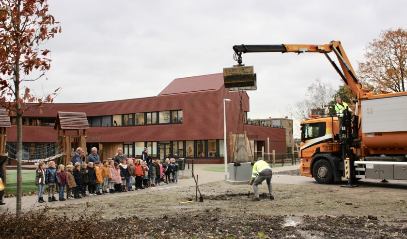 Beertje werd opgewacht door een afvaardiging van kindcentrum Groenoord. (foto: pr)