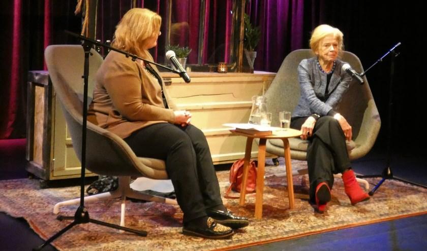 Brigitte Leferink (links) begeleidde het gesprek met Sonja Barend. (foto en tekst: Annette van den Berg)