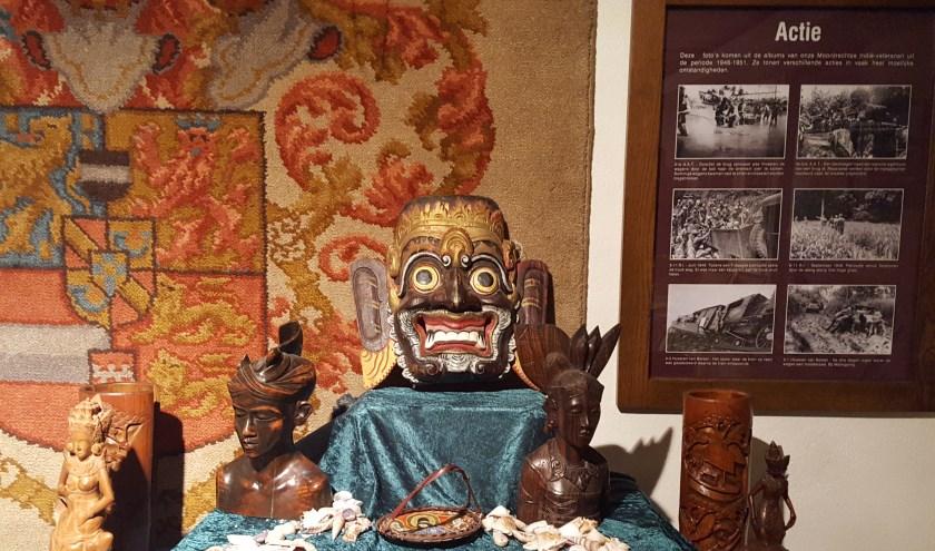 Uit Indonesië meegebracht houtsnijwerk is in Oudheidkamer Het Weeshuis te zien.
