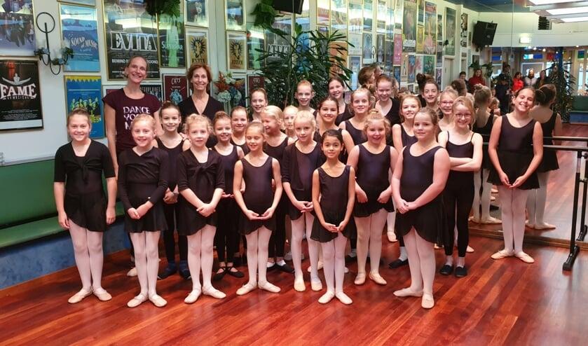 Jane Lord (achterste rij, tweede van links) met de leerlingen van Bianca Danst. (foto: pr)