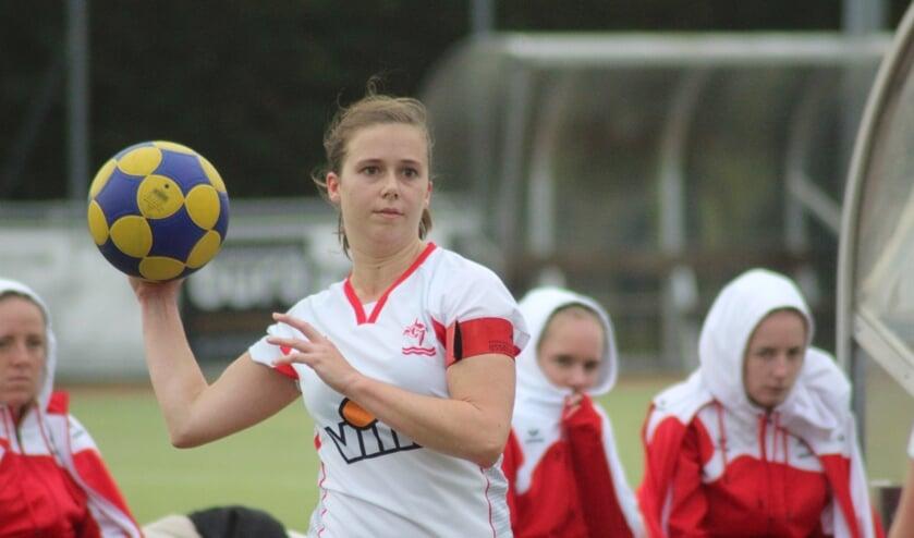 Op het veld spelen aanvoerder Eva Haasbroek en IJsselvogels in de tweede klasse. (foto en tekst: Erik van Leeuwen)