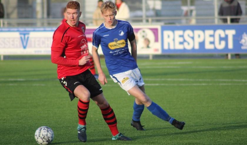 Rick Willemsen in duel met een Reeuwijkse speler.