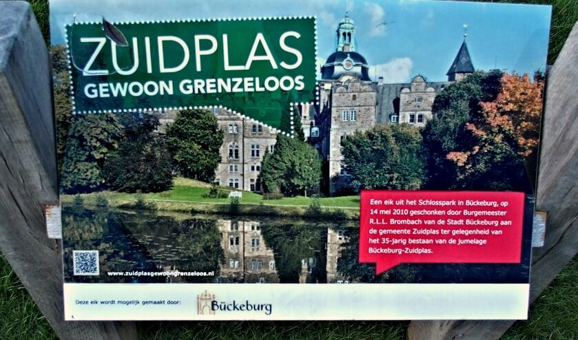 Het bord dat werd geplaatst bij een door de Duitse burgemeester Brombach in 2010 aan Zuidplas geschonken eik.
