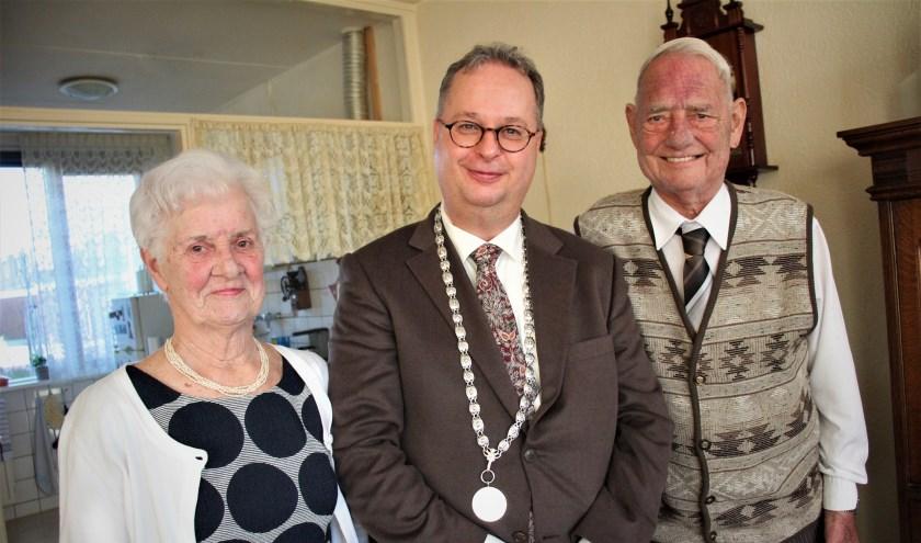 Jacoba en Henk Wijn kregen maandag bezoek van burgemeester Han Weber. (foto en tekst: Erik van Leeuwen)