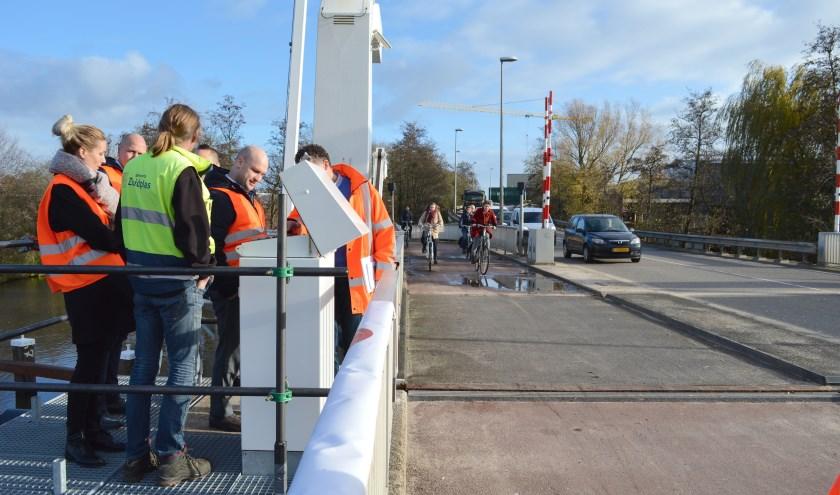 Wethouder Schuurman kroop achter de nieuwe bedienlessenaar om de brug officieel te heropenen.