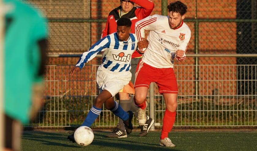 Awood Hagimenco snelt voorbij een Gouderakse verdediger. (foto: Stef Hoogendijk)