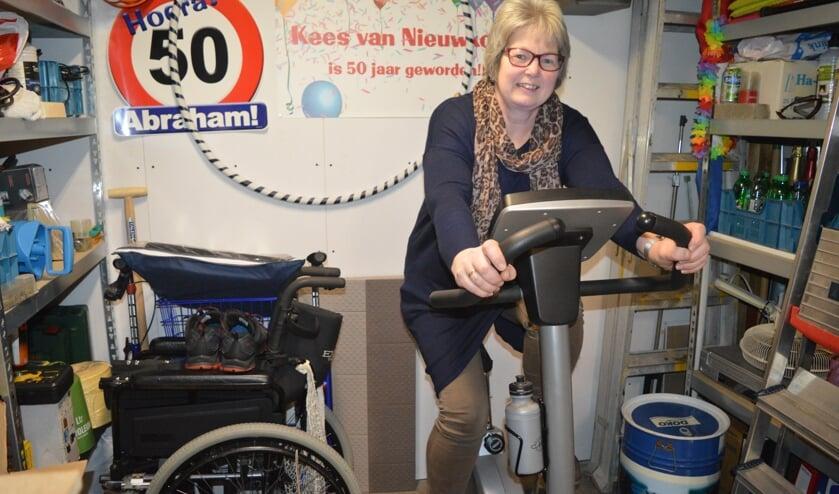 Jeannette van Nieuwkoop traint voor haar bergtocht op de hometrainer. (foto en tekst: Nicole Lamers)