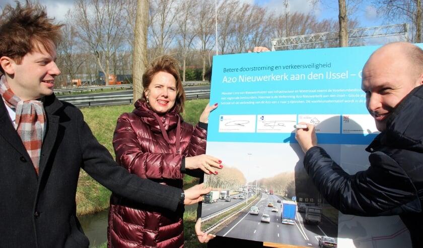 Minister Cora van Nieuwenhuizen van Infrastructuur en Waterstaat , gedeputeerde Vermeulen (links) en wethouder Schuurman bij de ondertekening van het bestuursakkoord vorig jaar.