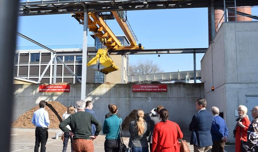 In maart vorig jaar nam de raad van Waddinxveen en de collegeleden nog een kijkje bij een biomassa-installatie in Eindhoven. (foto: archief Hart van Holland)