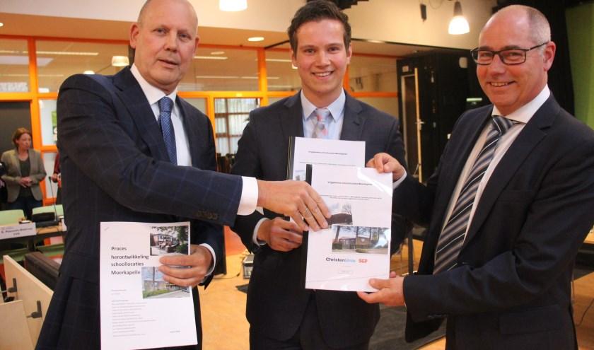 Tijdens de gemeenteraadsvergadering vorige week overhandigden Verdoes (midden) en Van der Spek (rechts) het onderzoek.