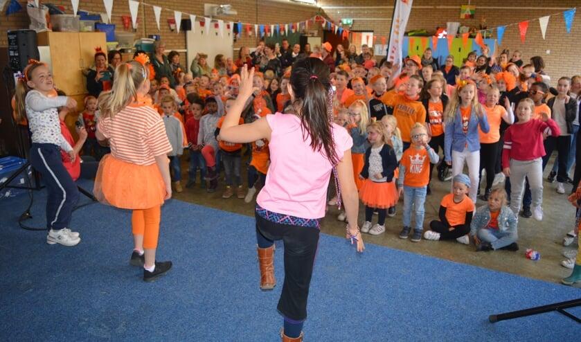 De Koningsspelen begonnen op basisschool Kleurrijk met het Koningslied. (foto en tekst: Nicole Lamers)