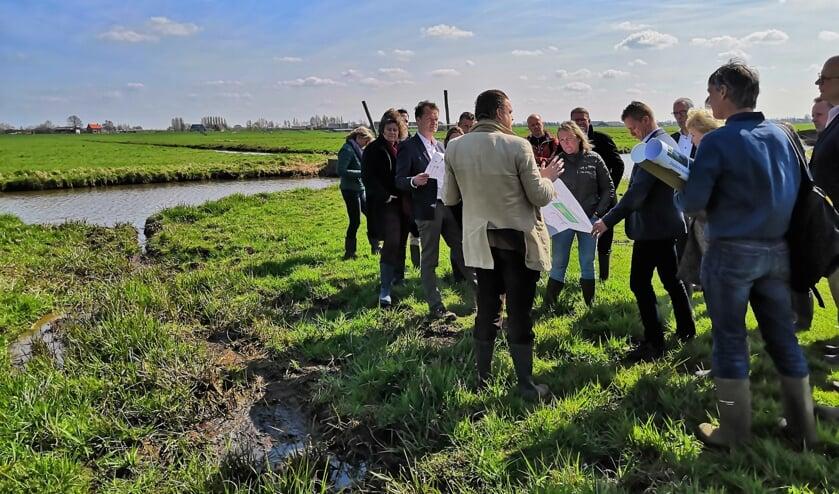 Met rubberlaarzen trok het gezelschap de polder in om meer te weten te komen over de gezamenlijke opgave.