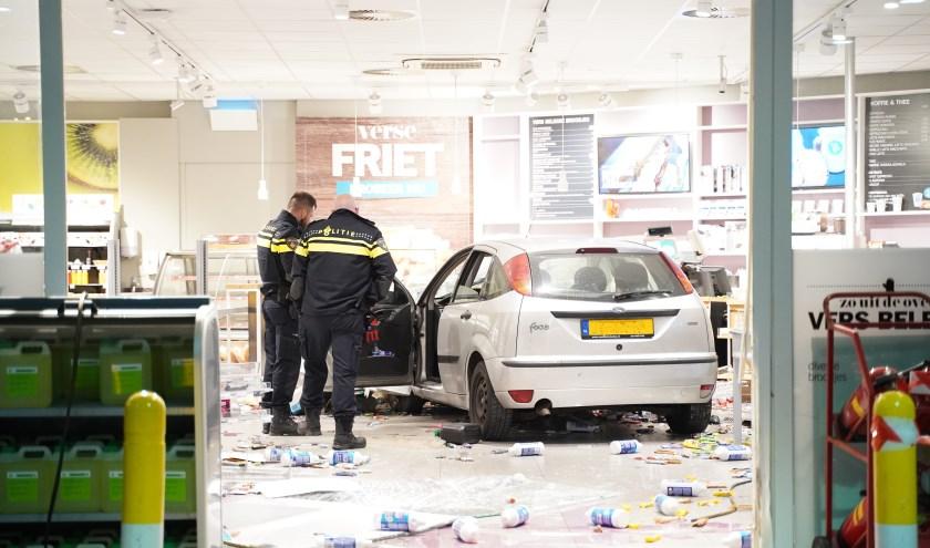 Niemand raakte gewond; de inzittenden vluchtten de winkel uit, maar konden worden aangehouden.
