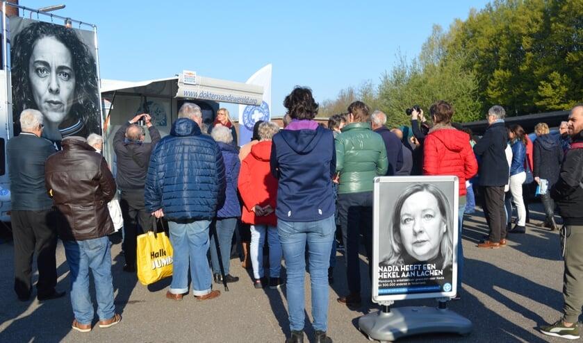 Voor de ingang van de voedselbank aan de Noordkade werd het startsein gegeven voor de mondzorgcampagne. (foto en tekst:  Nicole Lamers)