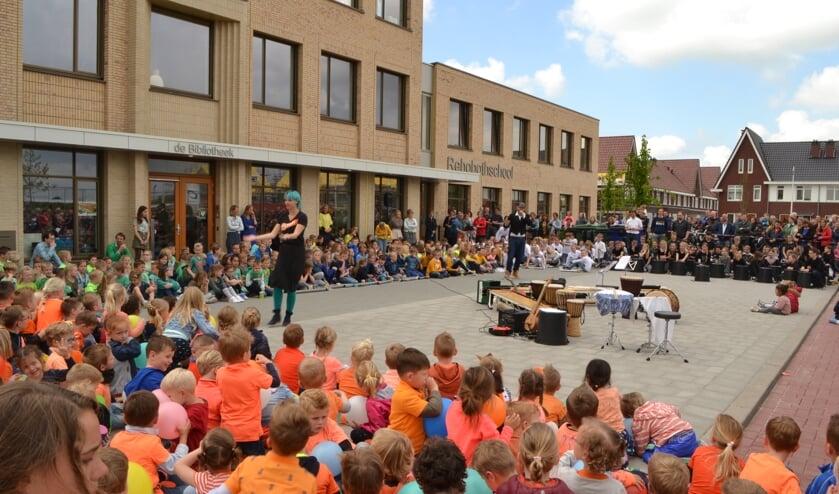 Alle leerlingen van de Moerkapelse Rehobothschool vormden samen een bont orkest.