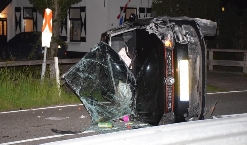 De vrouw kon zelf de auto verlaten en kwam er met de schrik vanaf. (foto: AS Media)