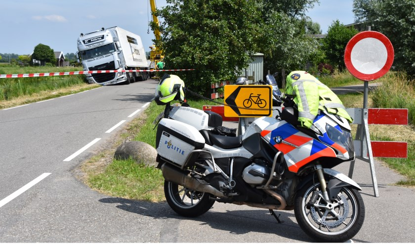 Aan de Zwarteweg belandde een vrachtwagen in de berm. (Foto: Rens den Oude/112hm.nl)