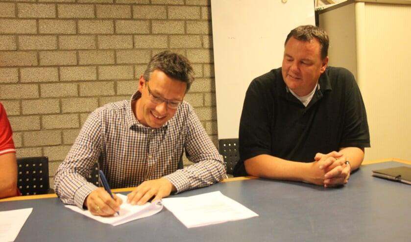 Mark van den Brink tekent zijn contract. (Foto en tekst: Erik van Leeuwen)