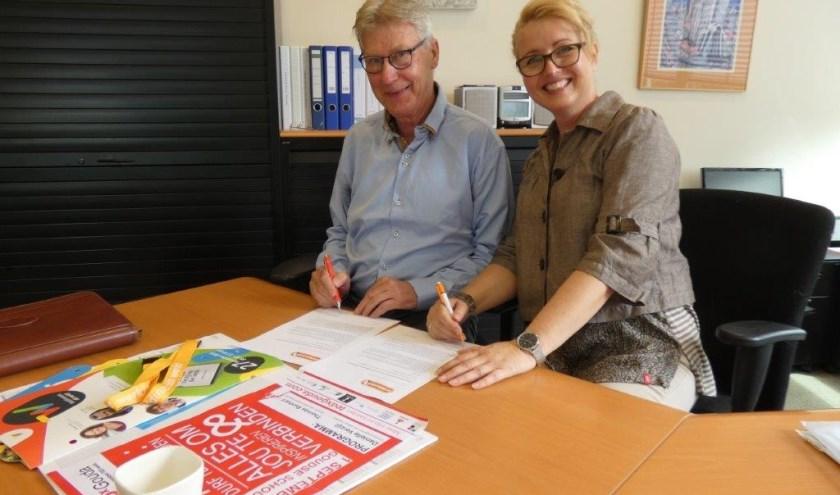 Op donderdag 11 juli tekenden Danielle Verzijl van Psycho-Zorg en Dirk Lont van Fairtrade een deelnemersverklaring. (foto: Bram Abels)