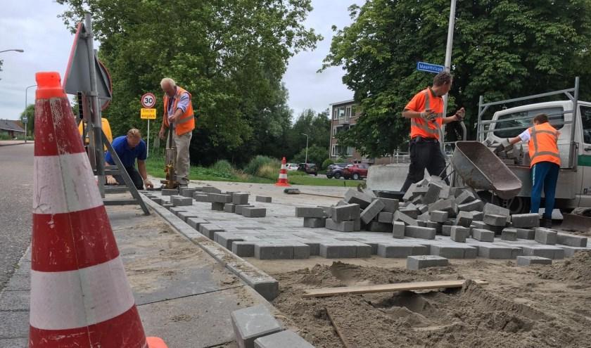 De aanleg van een drempel met duurzame klinkers bij de Mauritslaan/Willem de Zwijgerlaan.