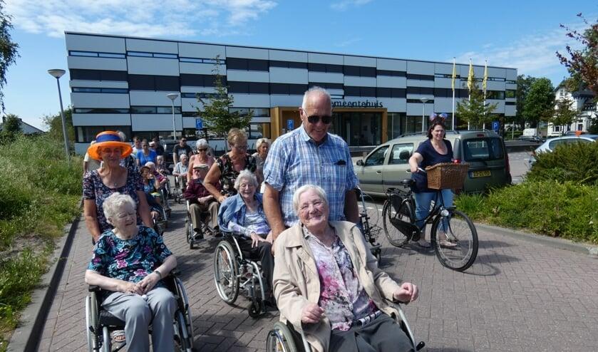 In colonne werden de ouderen naar de markt gereden.