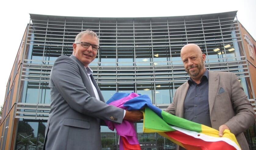 Wethouder Daan de Haas kreeg de Regenboogvlag van raadslid Jan Ambachtsheer. (foto en tekst: Erik van Leeuwen)