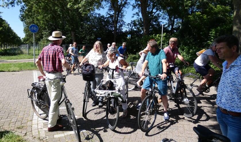 De fietsers discussiëren op de Limaweg over de verkeersveiligheid. (foto en tekst: Annette van den Berg)