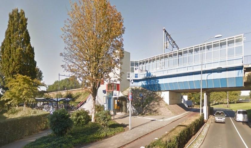 Het NS station van Nieuwerkerk is vanochtend doorzocht, er is geen vuurwapen gevonden. (foto: Google Maps).