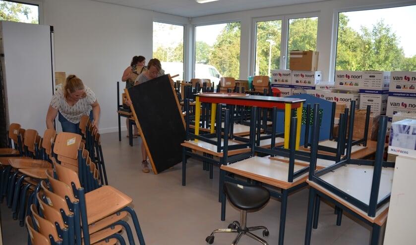 De kleuterjuffen Ilona, Sanne en Marjolein van de Regenboogschool waren op maandagochtend al vroeg actief.