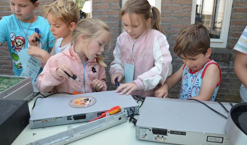 Elektrische apparaten uit elkaar halen, is nog helemaal niet zo makkelijk. Daar kwamen Abel en de zusjes Emma en Laura wel achter.
