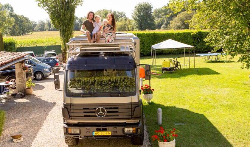 Michael, Julie, Given en Fleur van der Burg zijn bijna klaar voor vertrek. (foto: Neil Cooling Photography)