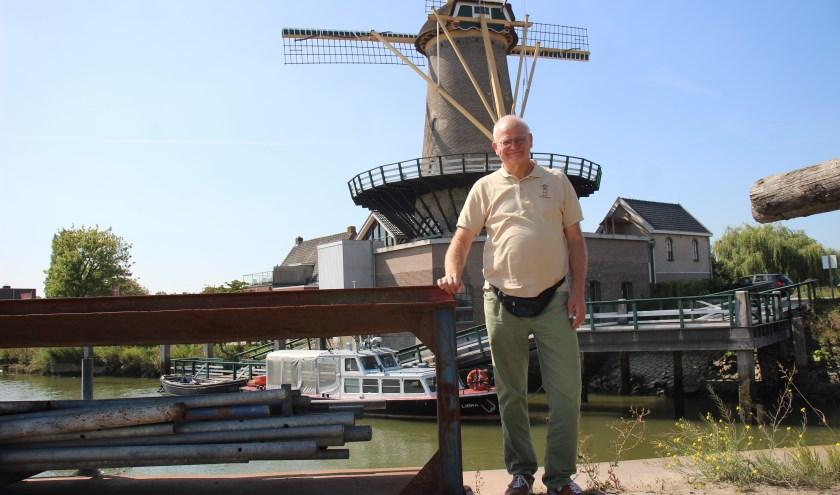 Rob Rosbergen met op de achtergrond molen Windlust en de Libra. (foto en tekst: Erik van Leeuwen)