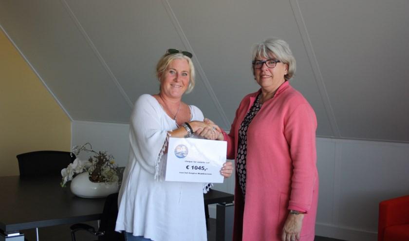 Miranda van de Wijngaard (links) overhandigde een cheque aan Marianne Boone van de hospice. (foto: pr)