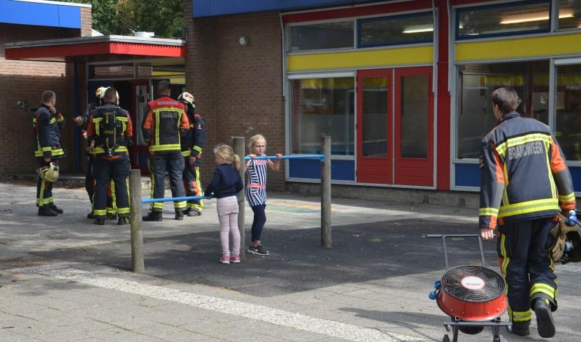 De brandweer kwam in actie door een rokende oven in de Bethelschool. (foto: Rob de Jong/112hm.nl)