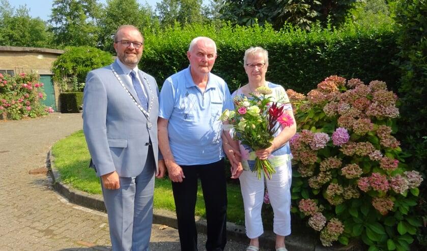 Adriaan en Diny Bos-Krijgsman kregen burgemeester Servaas Stoop op bezoek. (foto en tekst: Cees Visser)