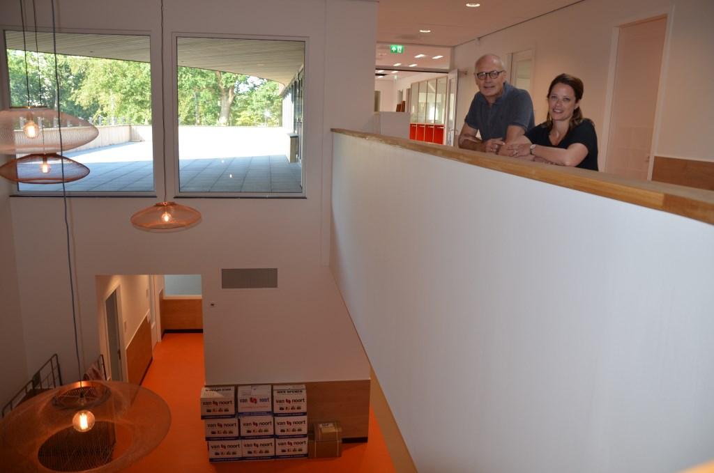 Schooldirecteuren Bert Wiltink (KWA) en Jet van Eijsden  (De Regenboog) in het nieuwe schoolgebouw.  © HvH Waddinxveen