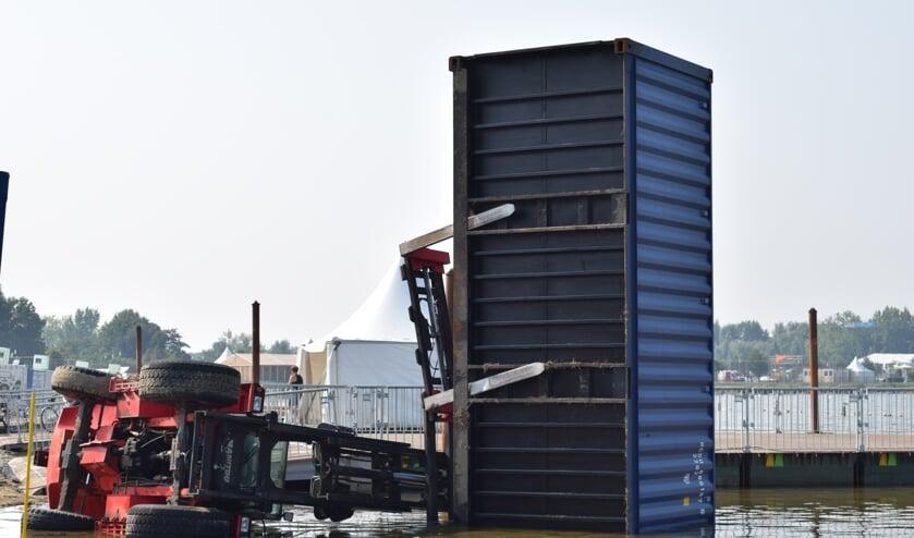 De omgevallen heftruck was bezig met de opbouw van Culinesse. De container was leeg. (tekst en foto: Myriam Dijck)