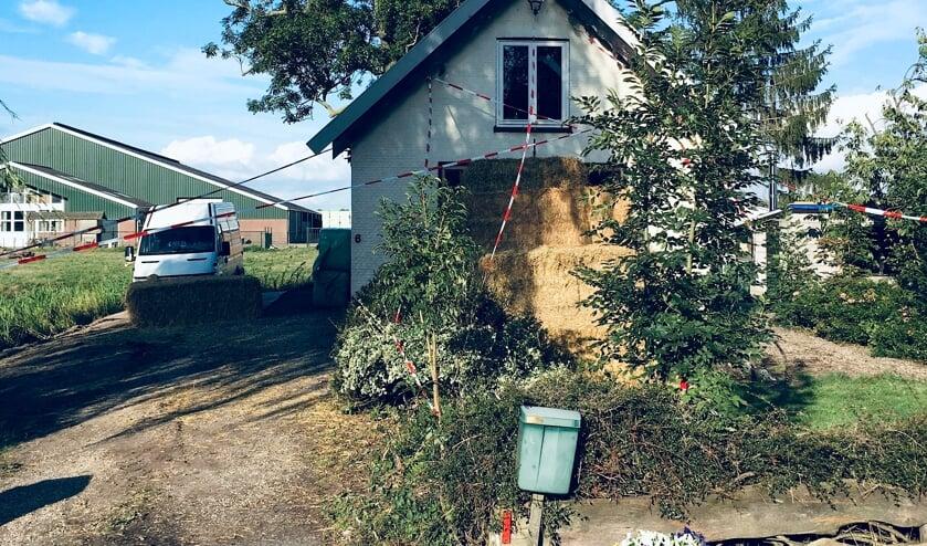 Loodzware pakken hooi waren door vrienden en buren van het stel voor het huis gelegd.