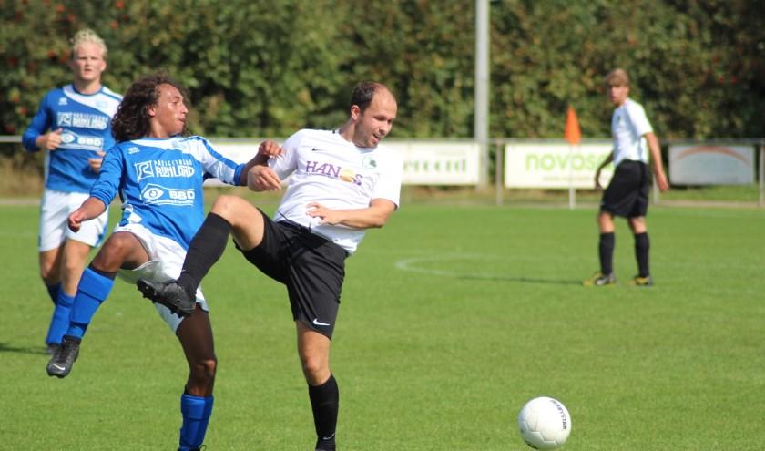 Bas van der Lugt in duel met een speler van Rohda'76.