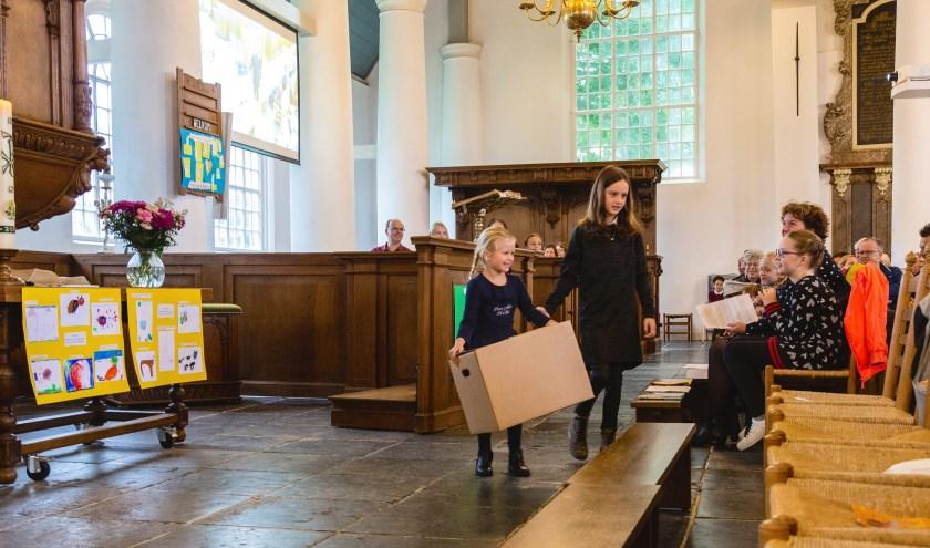 In de kerk werden korte sketches opgevoerd. Blazend op fluitjes ging het daarna via school naar huis. (foto: William Ista)