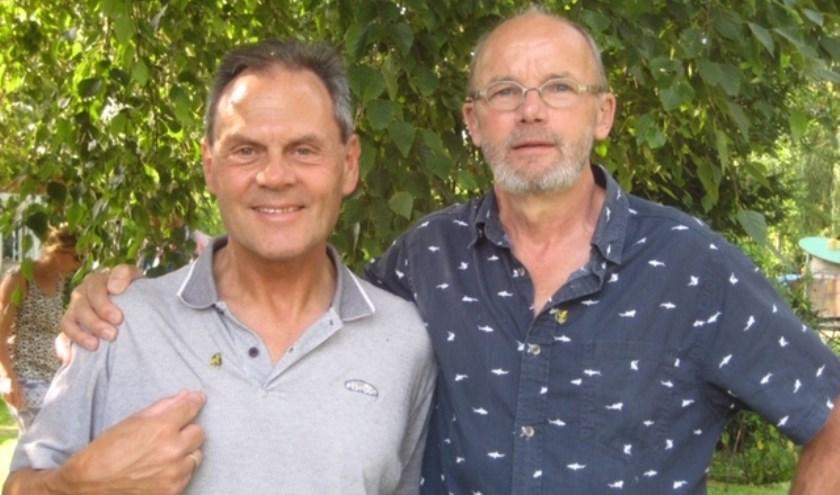 Dwight Lindhout (links) en Piet Blaauboer werden geëerd en ontvingen een speldje van Gered Gereedschap.