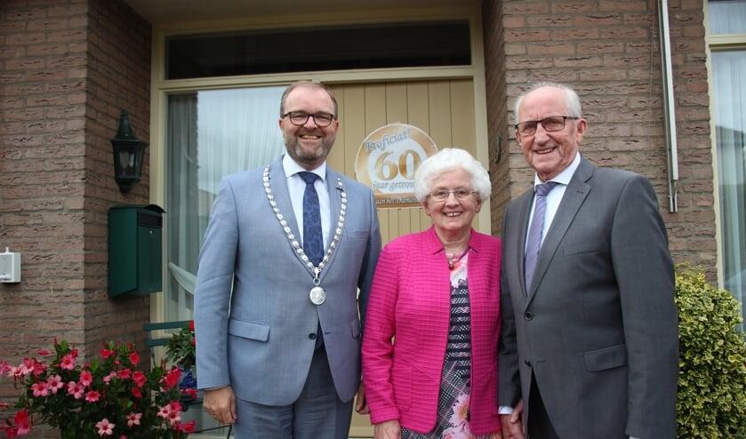 Maandag bracht tijdelijk burgemeester Servaas Stoop het diamanten echtpaar een bezoek.