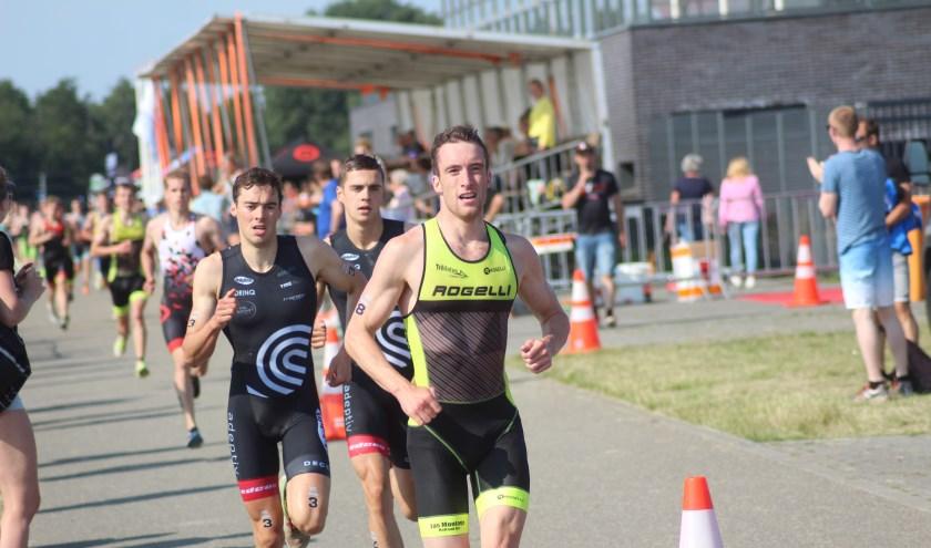 Koen de Leeuw in actie tijdens de triatlon-eredivisie.