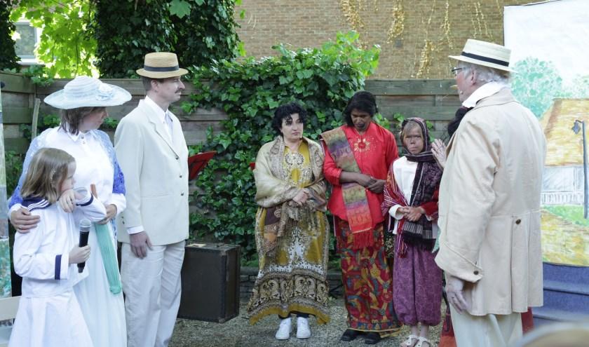 Theatergroep Maskerade tijdens een voorstelling gebaseerd op het boek over Max Havelaar. (foto: Robert Groppe)