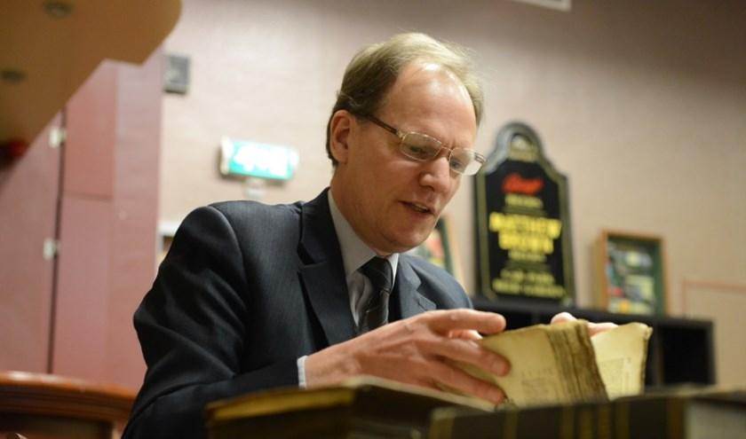 Taxateur Arie Molendijk is geïnteresseerd in oude boeken en brieven. (foto: Ed van Alem)