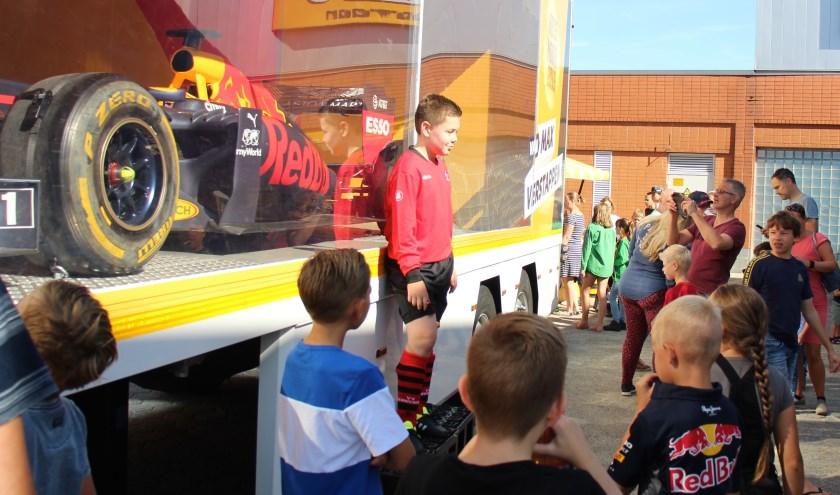 Op het Raadhuisplein werden vele foto's genomen voor de racewagen waar Max Verstappen op grote snelheid zijn rondjes in heeft gereden.