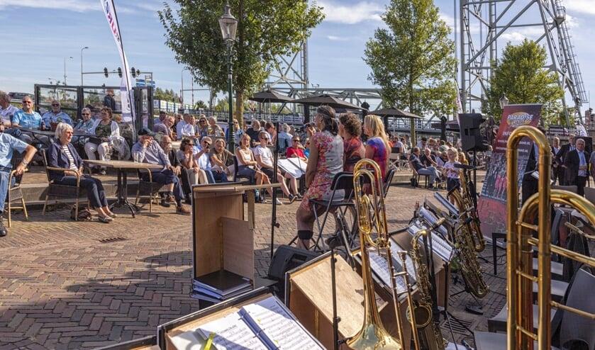 Op zondag bij Jazze aan de Nesse speelde de Paradise Bigband afgewisseld en soms samen met de Seven Sisters jazz- en bluesmuziek. (foto: Rein de Lange)