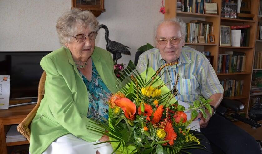 Theo kon zijn diamanten bruiloft met Ria gelukkig even thuis vieren en ontving bloemen van de burgemeester.